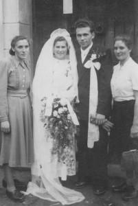 Nowożeńcy z rodziną